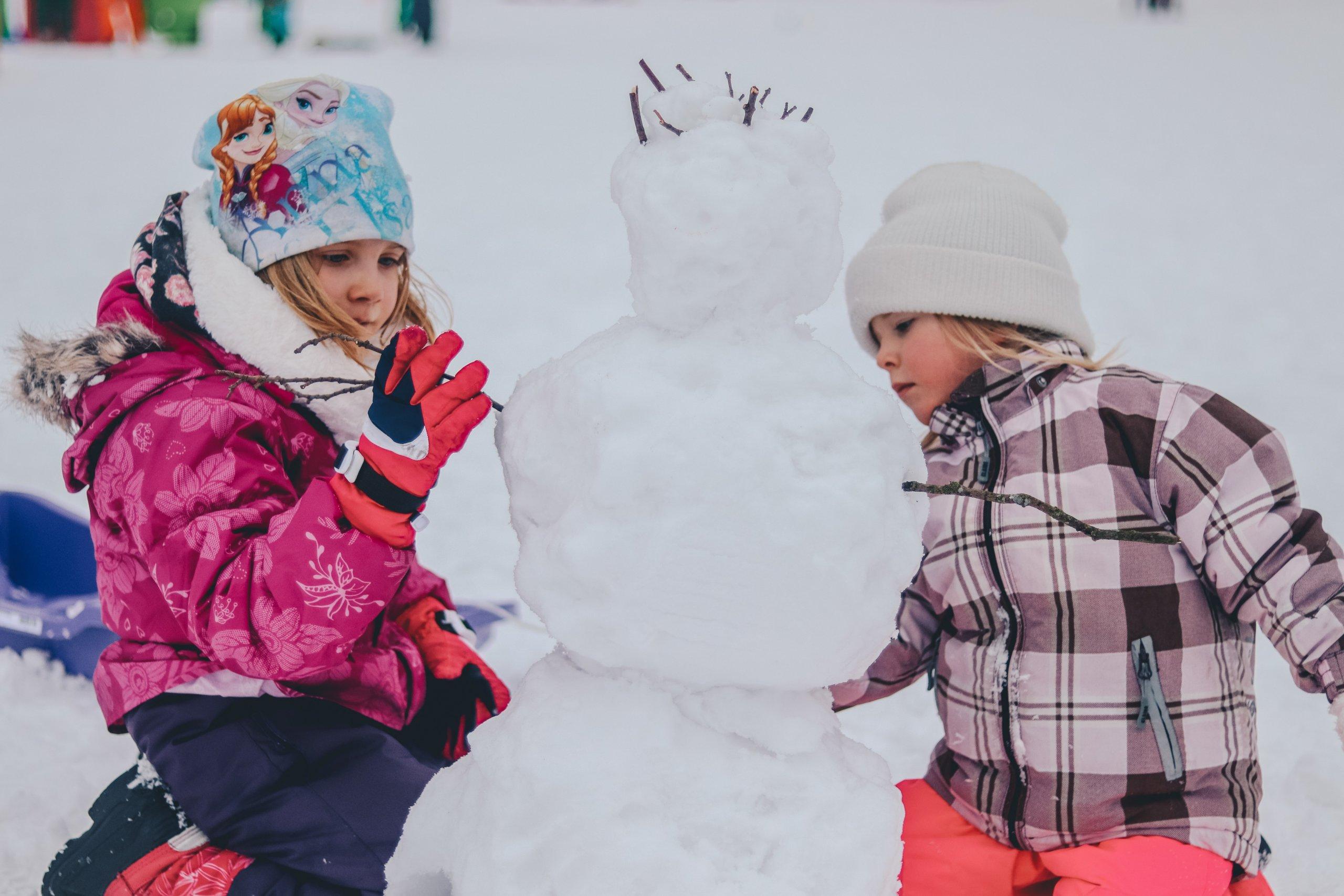 Deti stavajú snehuliaka