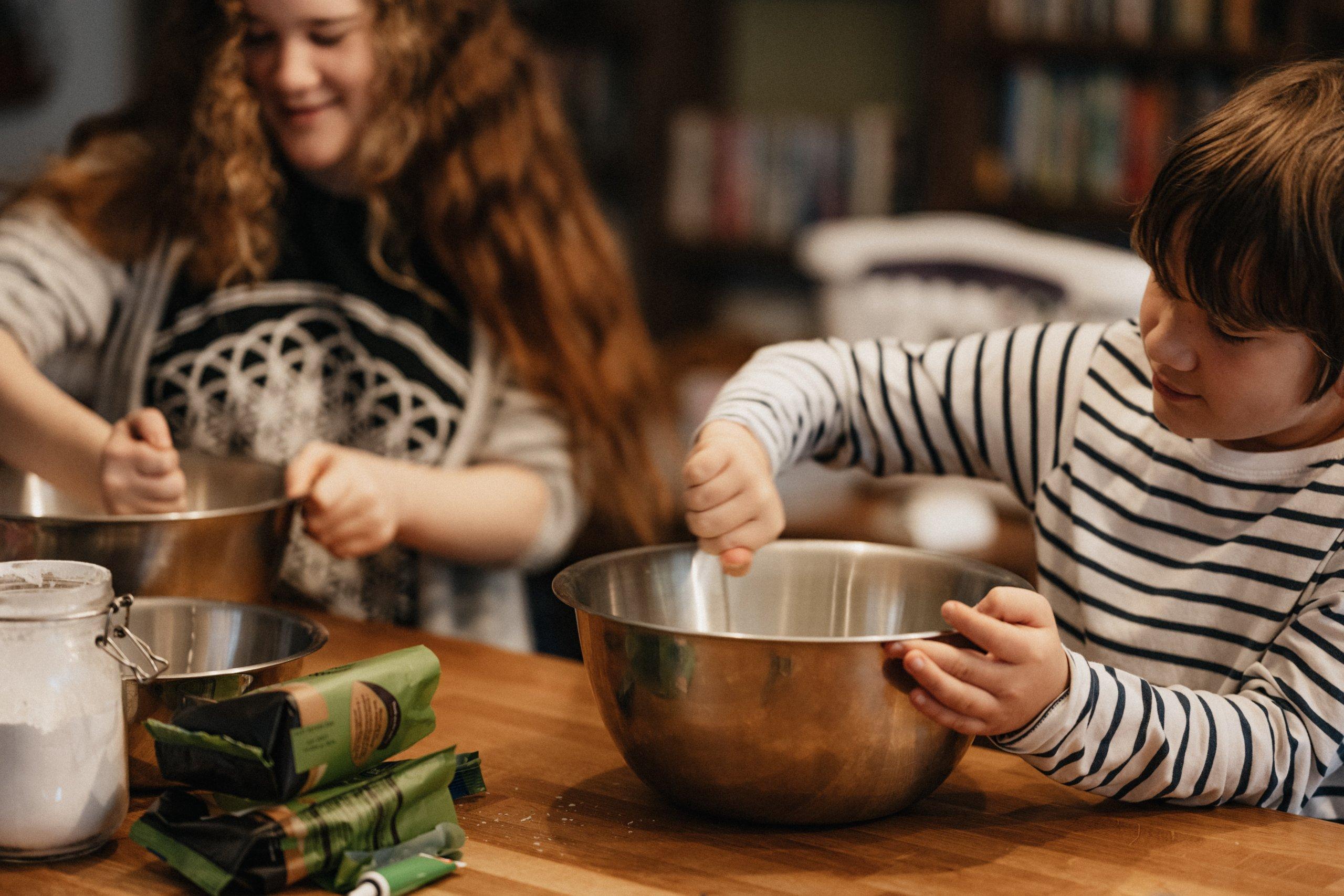Deti pomáhajú v kuchyni