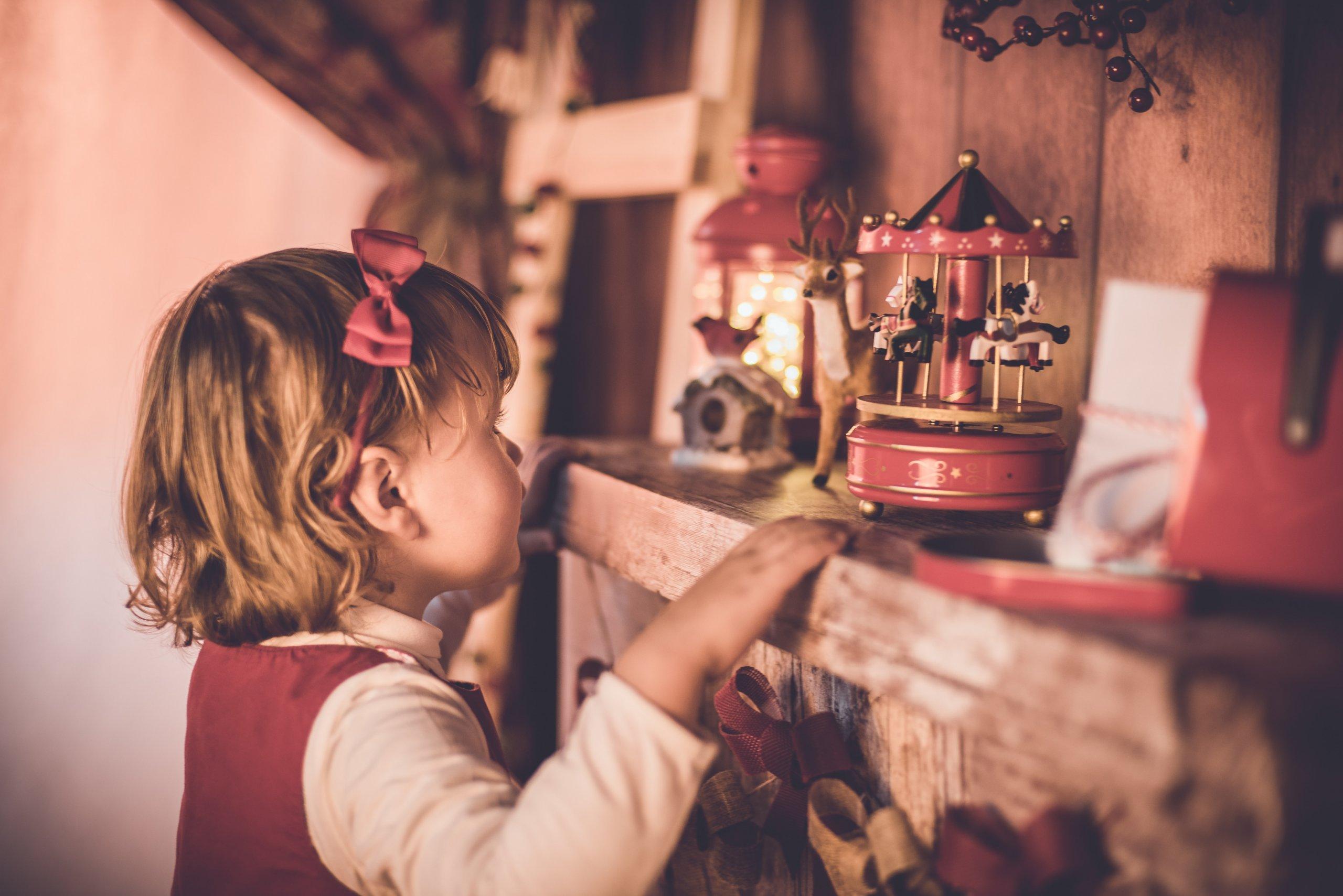Dieťa pri hračke