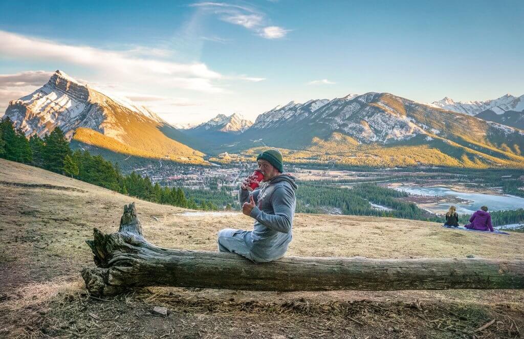 Cestovateľ Peter Kincel na fotografií v horách.