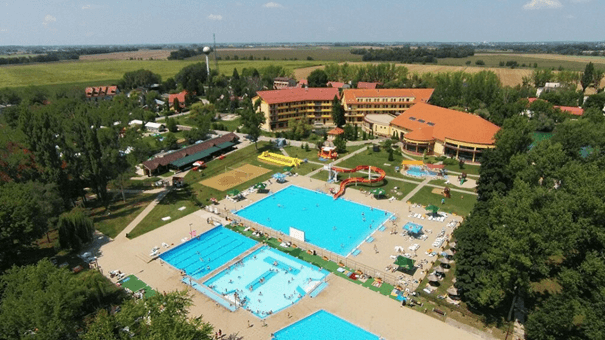 Pohľad na vonkajšie bazény Wellness Hotel Patince ****.