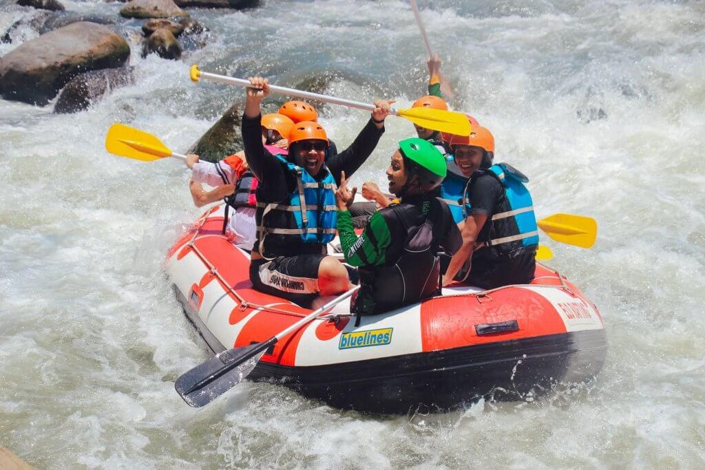 Rafting - splavovanie rieky počas letnej dovolenky.