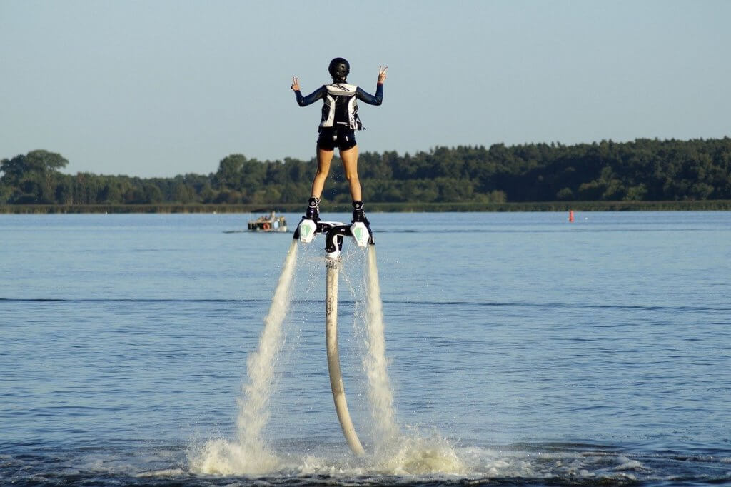 Vodný letný rekreačný šport flyboarding.