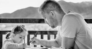 Portrét dcéry s otcom, ktorý jej pomáha kresliť obrázok.