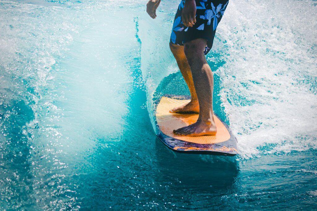 Surfujúci muž na vode.