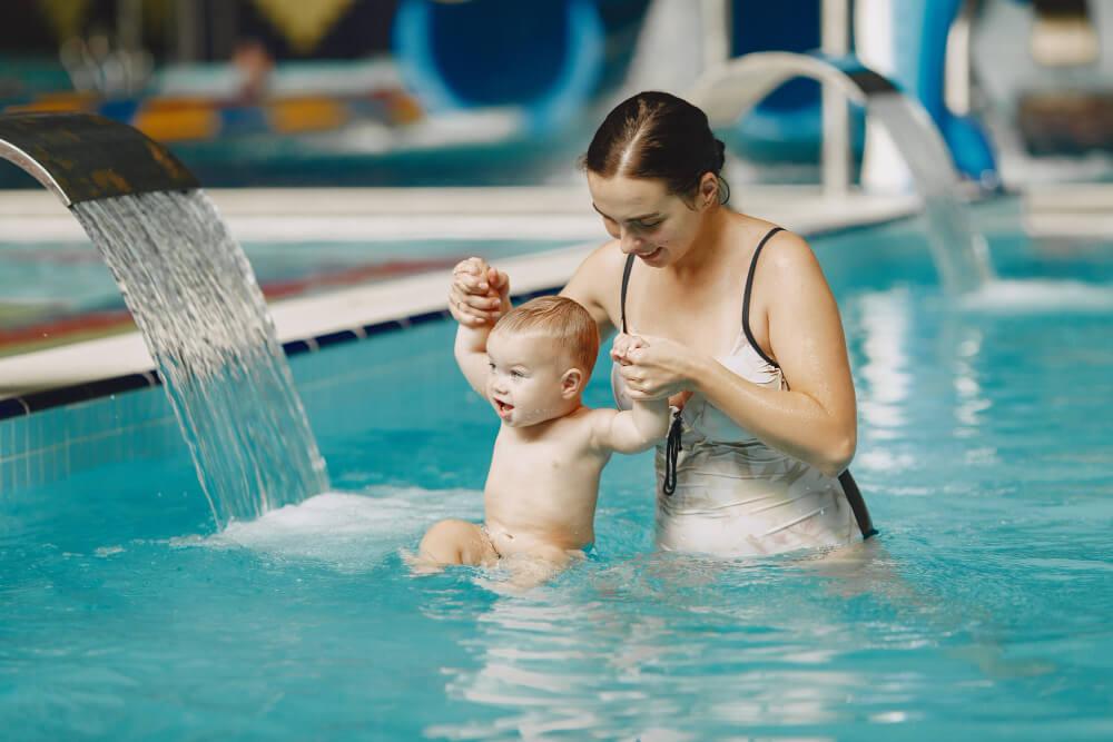 Matka s bábätkom v bazénovom svete počas pobytu vo wellnesse.
