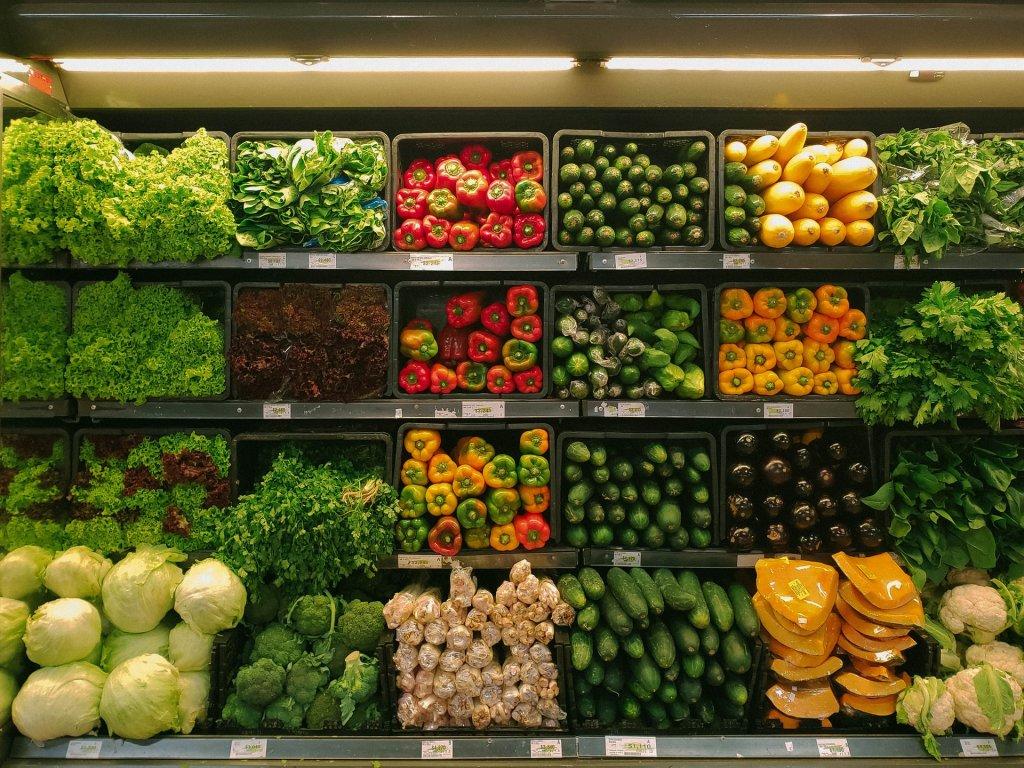 Čerstvá zelenina vyložená v regáli v zelovoce.