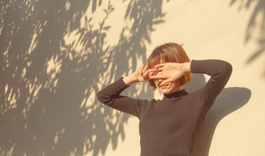 Žena, ktorej svieti do tváre slnko.