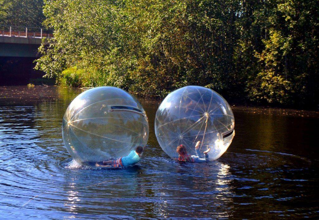 Deti športujúce aquazorbing na vode.