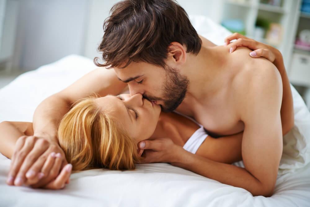 žena_muž_bozk_pár_zamilovanosť_bozkávanie_posteľ