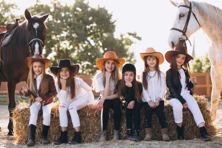 Kam na výlet po prázdninách. Deti na koni.