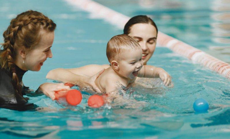 bábätko v bazéne - voda hrou
