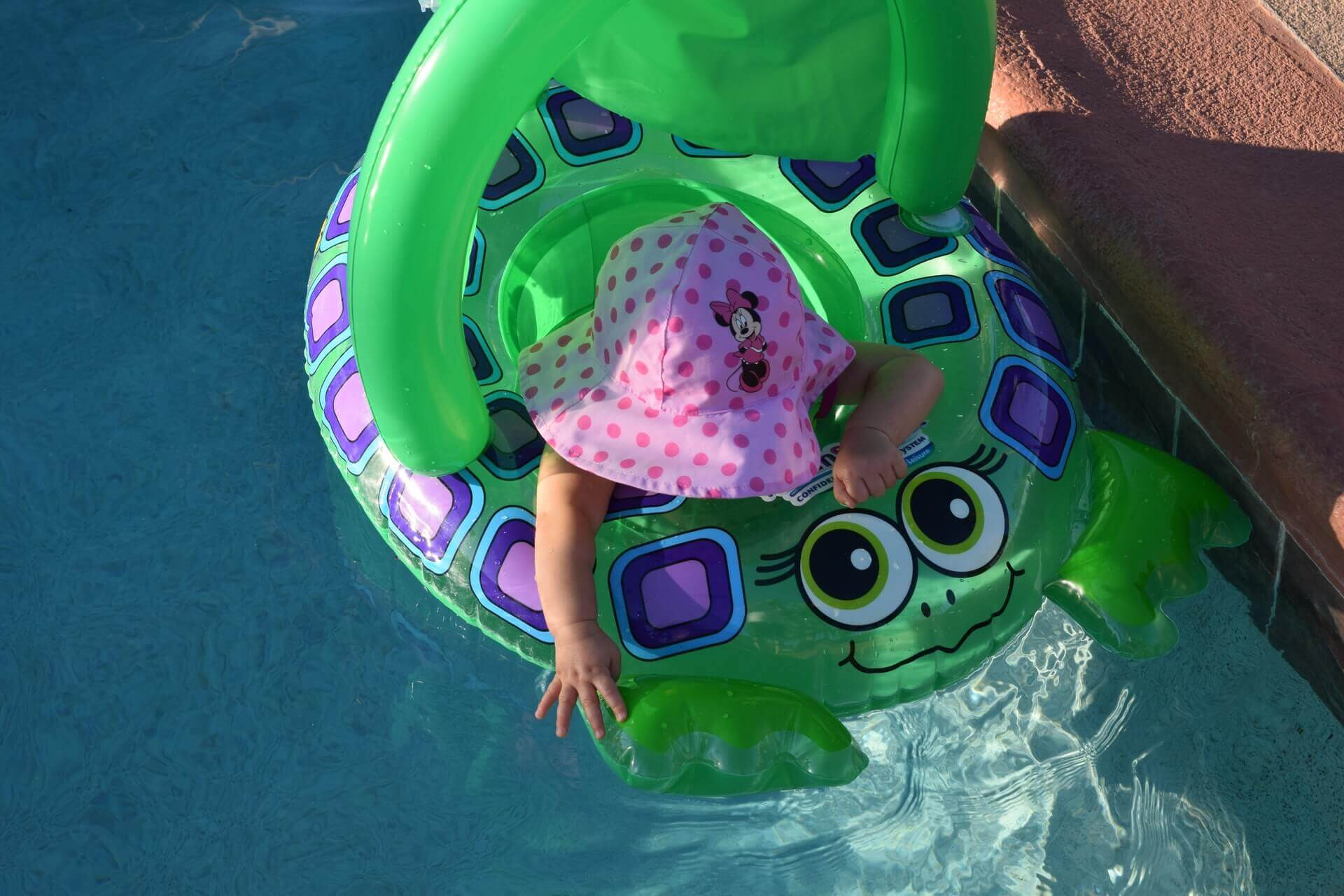 bábätko v bazéne