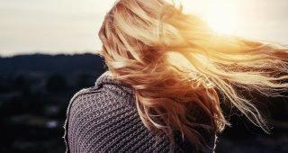 Rozpustené vlasy dievčaťa pri západe slnka.
