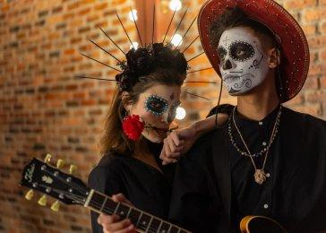 Ľudia v maskách na halloween párty.
