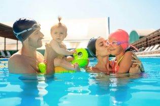 Rodina s malými deťmi počas pobytu v bazénovom svete vo wellnesse.